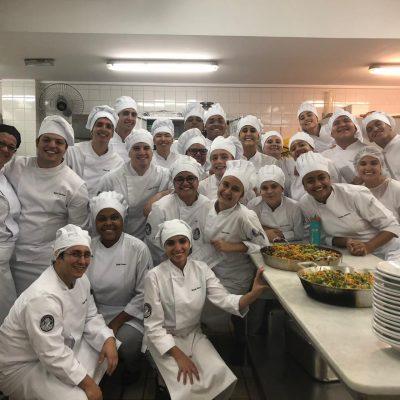 Aula do curso de Gastronomia no laboratório dietético